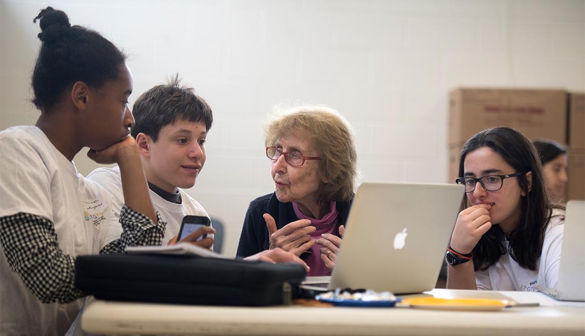 Los adolescentes pueden introducir a los adultos mayores a nuevas tecnologias